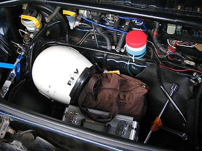 自作低容量ウォッシャータンクを設置したMR2AW11のフロントラゲッジルーム