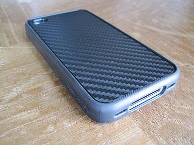 iPhone4用のカバー、Reveal Etch for iPhone Graphite装着
