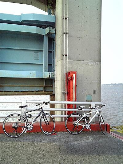サイクリング中の霞ヶ浦の水門付近にて