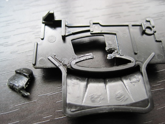 エアロアバンテのARシャーシのフロントギアカバー瞬間接着剤塗布