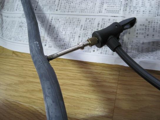 自転車用チューブに空気を入れる