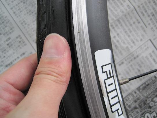 ジャイアント エスケープR3のチューブ交換 タイヤを揉む