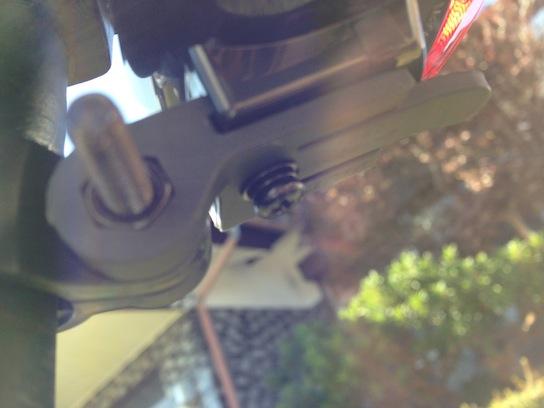 エスケープR3にパナソニックのかしこいテールライトを装着(下から)