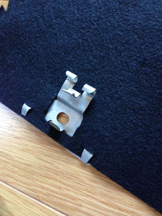フェルト布にMR2AW11内装取り付け金具を取り付ける