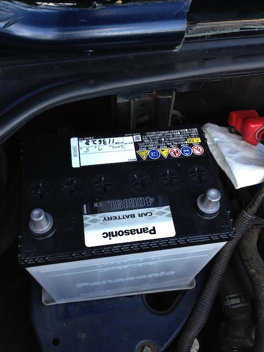 MR2 AW11のエンジンルーム(バッテリー設置)