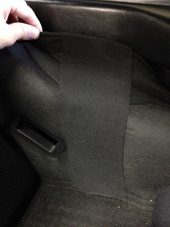 バケットシートに補修用の布を貼り付ける